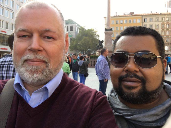 Zwei Männer am Marienplatz in München