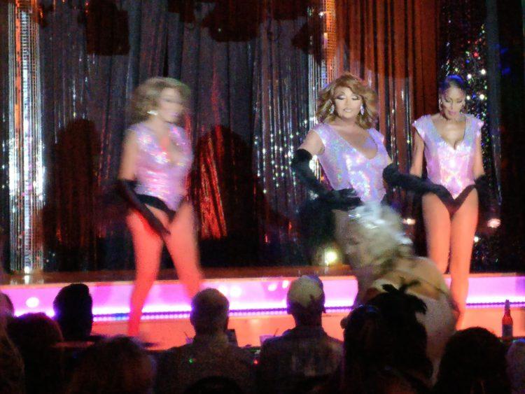 Drei Drag-Queens auf einer Bühne in Chicago